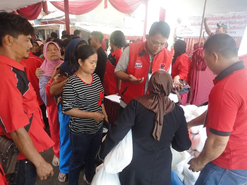 Photo of Dalam Rangka Hut Ke-43 DPC PDI Perjuangan Kota Bandung Gelar Pasar Rakyat