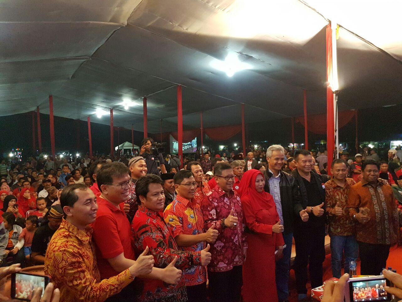 Photo of Puluhan Ribu Penonton banjiri Pagelaran Wayang Kulit dari Pasangan MENARIK