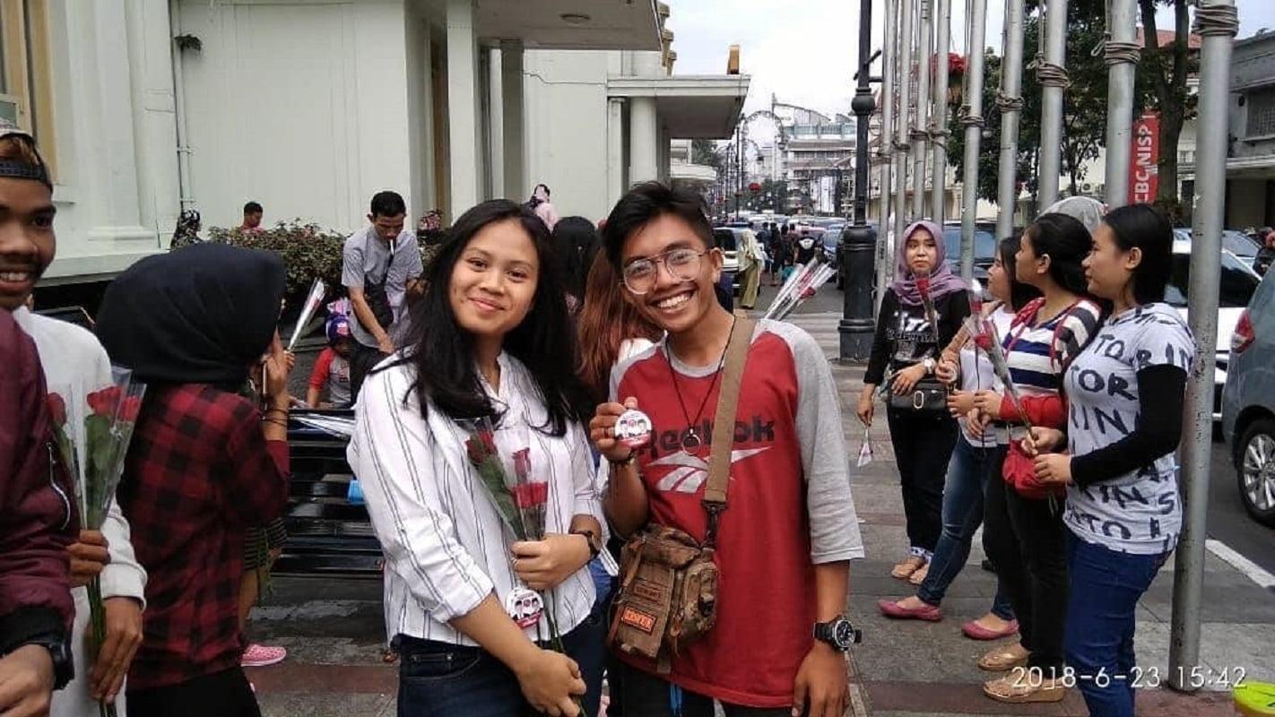 Photo of Sambil Bagi-Bagi Bunga, Gerhana Ajak Milenial Coblos Pasangan Nomor 2