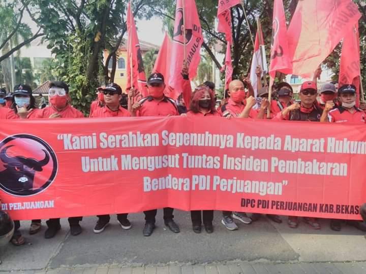 Photo of DPC PDI Perjuangan Kab. Bekasi Mendatangi Polrestro Bekasi Meminta Segera Tangkap Pembakar Bendera Partai